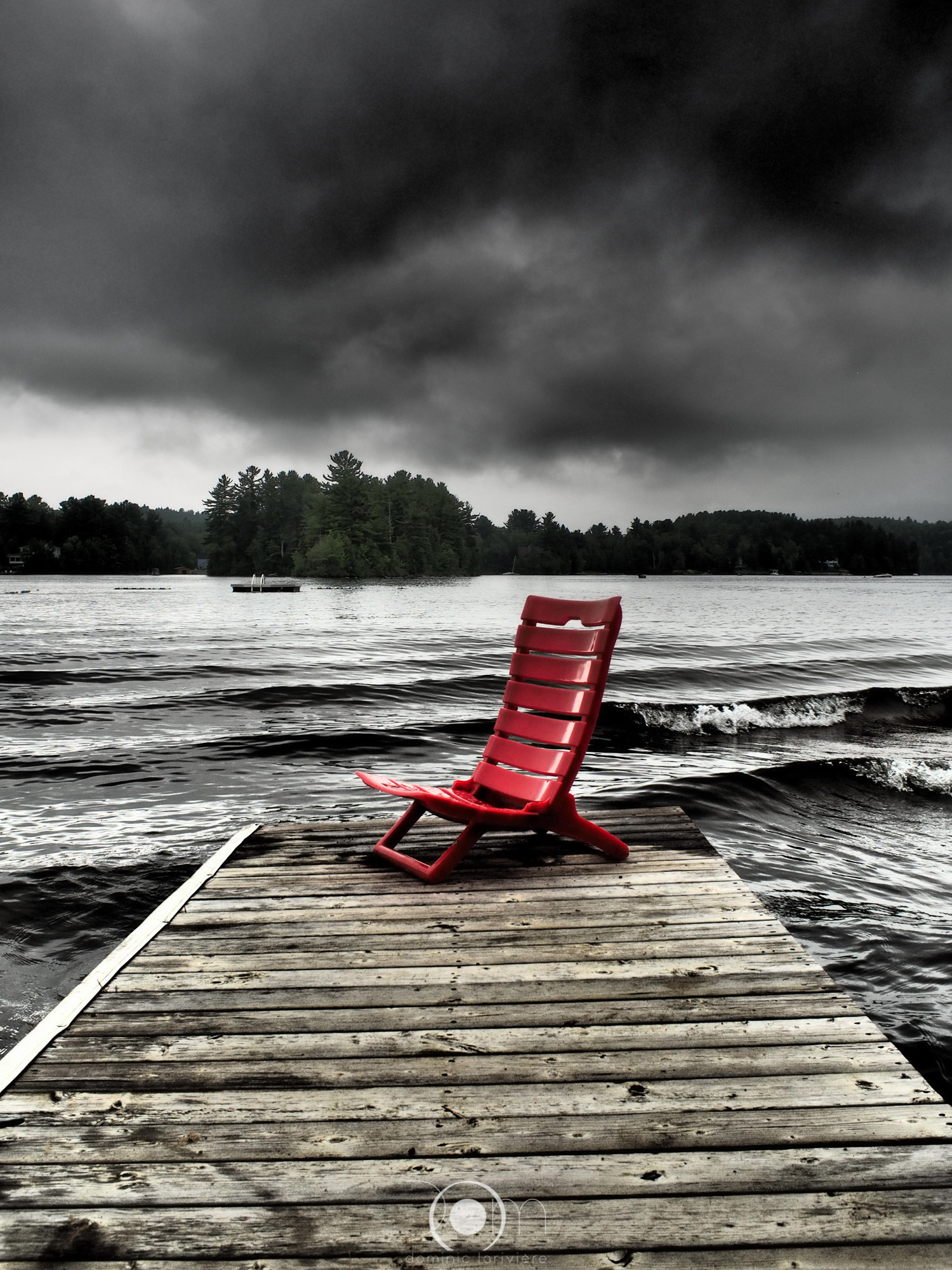 Chaise rouge devant le lac